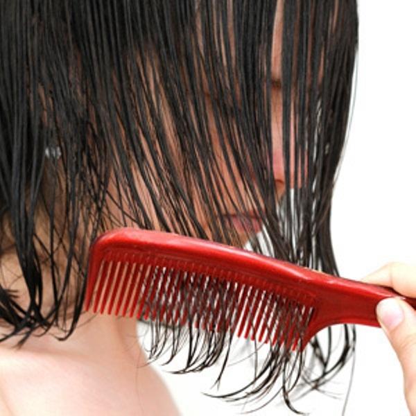 Thói quen nào khiến tóc dễ bị gãy rụng nhất?