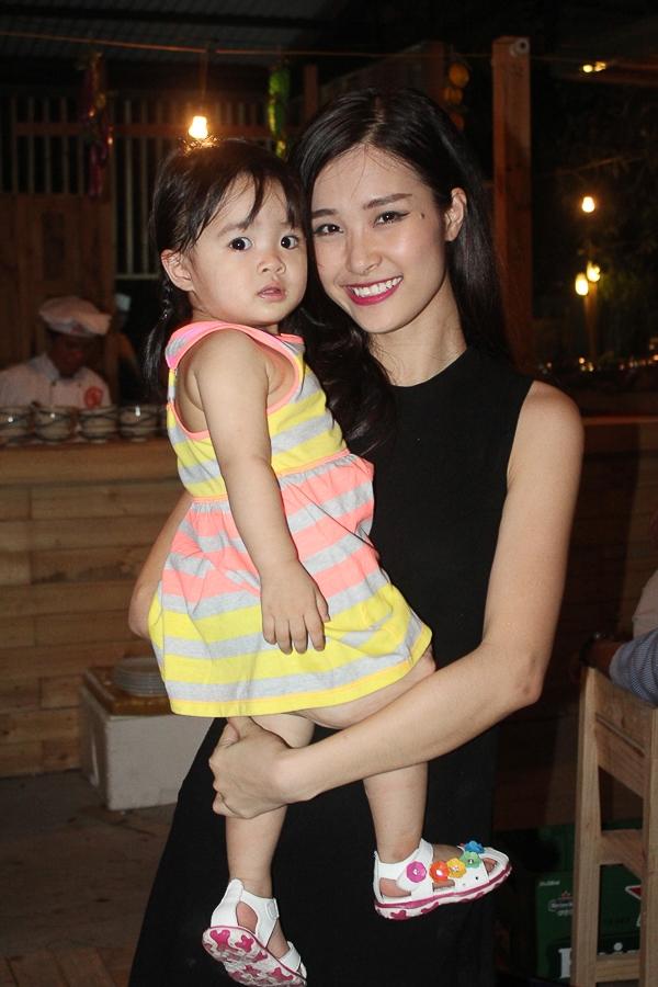 Đông Nhi còn bế cháu gái đến chúc mừng bạn trai - Tin sao Viet - Tin tuc sao Viet - Scandal sao Viet - Tin tuc cua Sao - Tin cua Sao
