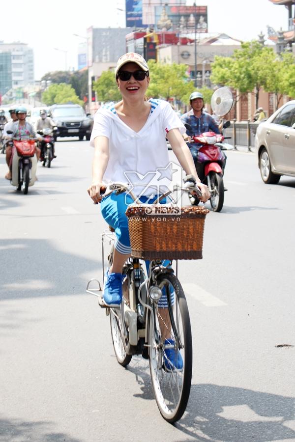 Mỹ Tâm đã làm cho các fan bấn loạn khi thấy cô đạp xe đạp đến buổi kí tặng. - Tin sao Viet - Tin tuc sao Viet - Scandal sao Viet - Tin tuc cua Sao - Tin cua Sao