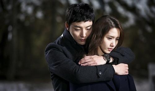 Cách mà Yoon Shi Yoon ôm Yoona trong Prime Minister And I cũng làm khán giả cảm thấy ấm áp