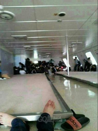 Hành khách, trong đó nhiều người không có áo phao cứu sinh, mắc kẹt trên phà Sewol chờ lực lượng cứu hộ giải thoát. Ảnh: Global News/Fact TV.