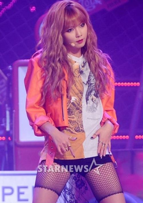 Hyun Ah từng diện nhiều trang phục gợi cảm gây bàn tán như chiếc quần lưới này.