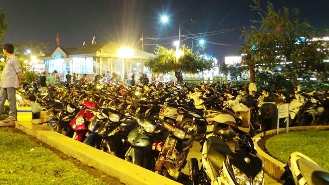Các bãi giữ xe tại bến Bạch Đằng đã chật kín.