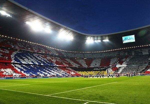 Sân Allianz Arena trước giờ khai cuộc được phủ kín bởi biểu tượng của Bayern Munich.