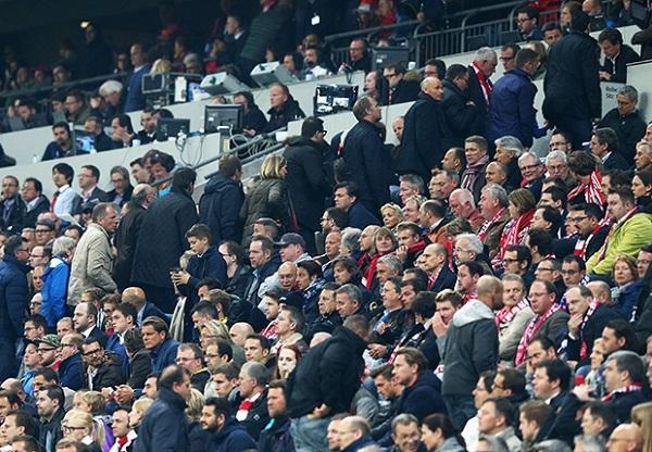 Các cổ động viên Bayern lục đục bỏ về trước khi trận đấu kết thúc.