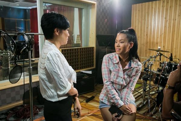 """""""Quán quân Vietnam Idol 2007"""" còn được đánh giá rất cao trong việc chọn lựa ca khúc cũng như ý tưởng dàn dựng cho các tiết mục. Lần này, cô chọn cách thể hiện đơn giản và mộc mạc hơn. - Tin sao Viet - Tin tuc sao Viet - Scandal sao Viet - Tin tuc cua Sao - Tin cua Sao"""