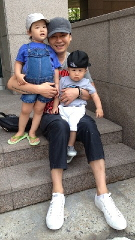 Ông chủ của YG - Yang Hyun Suk cùng con trai Yang Seung Hyun và con gái Yang Yoo Jin.