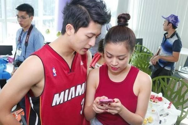 Hoàng Thùy Linh và Harry Lu quấn quýt lấy nhau từ đầu buổi chụp ảnh.