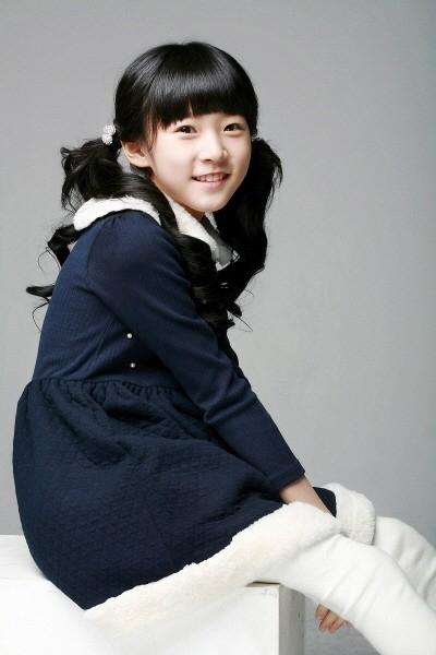Đầu tiên phải kể đến là diễn viên nhí Kim Sae Ron. Cô bé được biết đến qua vai diễn trong bộ phim hành động của Won Bin - The Man From Nowhere. Gần đây nhất là trong MV của Block B - Jackpot. Nhìn xem, bây giờ cô bé đã lớn và trông vô cùng đáng yêu.