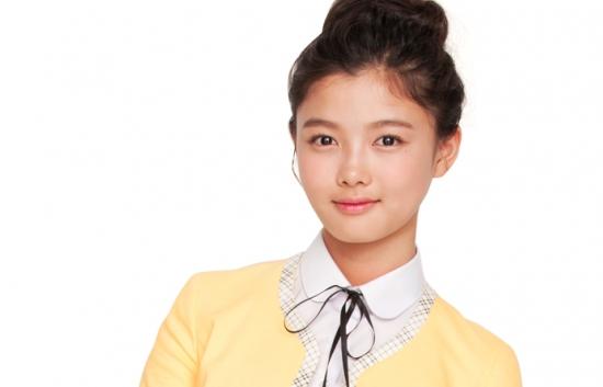 Có lẽ diễn viên nhí Kim Yoo Jung không còn xa lạ gì với khán giả trung thành của màn ảnh nhỏ. Với vẻ đẹp thuần khiết và ngây thơ, Kim Yoo Jung chiếm được rất nhiều tình cảm của các khán giả cũng như các anh chị đồng nghiệp. Kim Yoo Jung đã từng để lại ấn tượng đặc biệt qua rất nhiều bộ phim từ Iljimae đến The Moon Embracing The Sun...Bên cạnh đó, cô nàng còn tham gia đóng vai chính trong MV Gone của Jin cùng Xiumin (EXO).