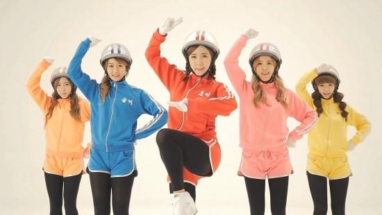 Bạn sẽ khó mà đoán được độ tuổi của 5 cô gái này.Ngoài 3 cô nàng Ellin, Cho-a và Way đều sinh năm 1990, Soyul sinh năm 1991 thì chị cả Gummi sinh năm 1988.
