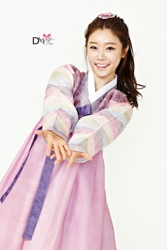 Khó ai có thế biết được trưởng nhóm dễ thương của Girl's Day - Sojin đã chuẩn bị bước qua tuổi 30. Nét đáng yêu và nhí nhảnh của cô nàng khiến các fan nghĩ rằng cô chỉ trạc tuổi 20. Cô sinh ngày 21/5/1986.