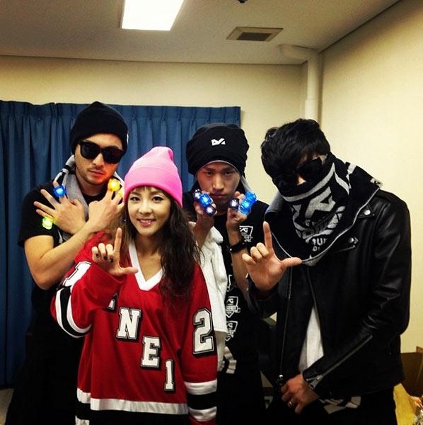 Dara tiếp tục khoe hình chụp cùng Epik High trong hậu trường YG Family Concert