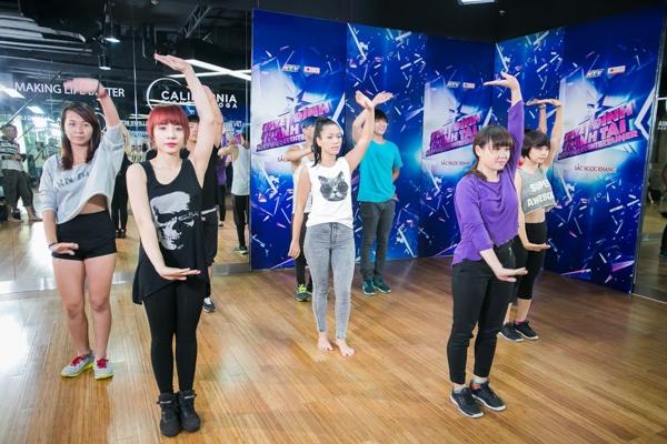 """Quán quân Vietnam Idol 2007 sẽ chọn cho mình cách thể hiện khác biệt với thể loại múa bollywood trong bản phối mới của """"Như sương mai""""."""