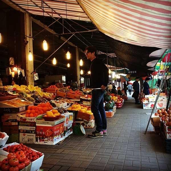 Sau đó anh tiếp tục đăng tải hình ảnh mua hoa quả ngoài chợ
