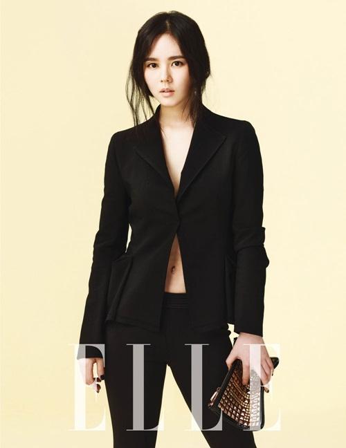 Han Ga In cũng từng được mời làm người mẫu chụp mô hình cho hãng hàng không American Airlines trước khi bắt đầu công việc diễn xuất.