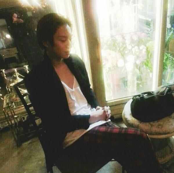 Heechul đăng tải hình chợp mắt sau giờ làm việc mệt mỏi