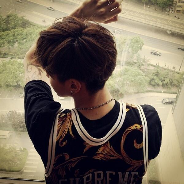 Kris đăng tải bức hình khoe lưng quyến rũ cùng cánh tay có hình xăm