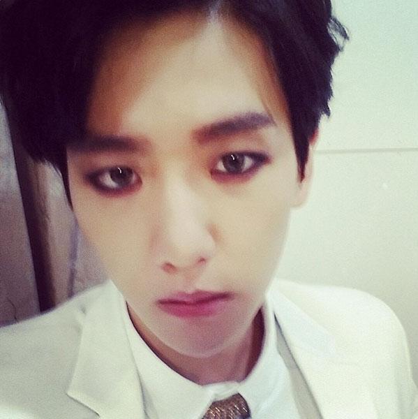"""Baekhyun đăng tải hình tự sướng với nội dung: """"Overdose. Đây là ma cà rồng"""""""