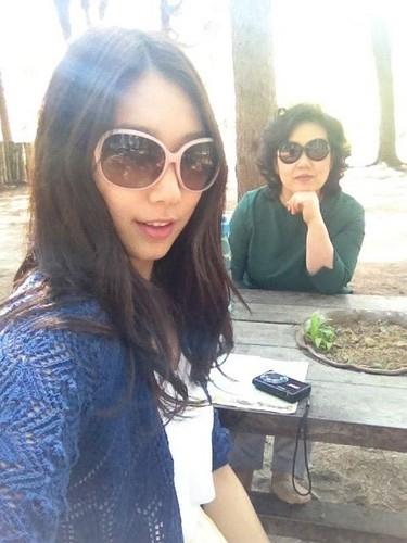 Park Shin Hye và mẹ sành điệu giống nhau
