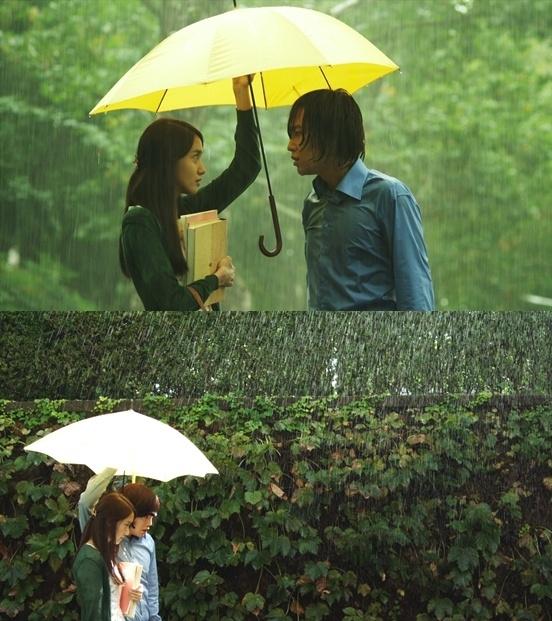 Một trong những cảnh lãng mạn nhất của Love Rain là hình ảnh Jang Geun Suk và Yoona hẹn hò nhau trong mưa. Nhân vật do Jang Geun Suk đảm nhận không ngại chịu ướt và che ô cho Yoona và tình yêu của họ chớm nở từ đó.