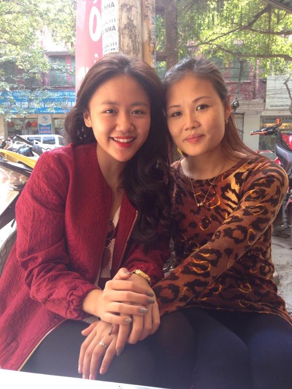 """Văn Mai Hương khoe ảnh chụp cùng mẹ, cô chia sẻ: """"Happy mother's day! Chúc mẹ xinh đẹp của con mãi mãi trẻ khoẻ , ngày càng xinh đẹp và luôn là bà mẹ hạnh phúc nhất quả đất! Con yêu mẹ!"""""""