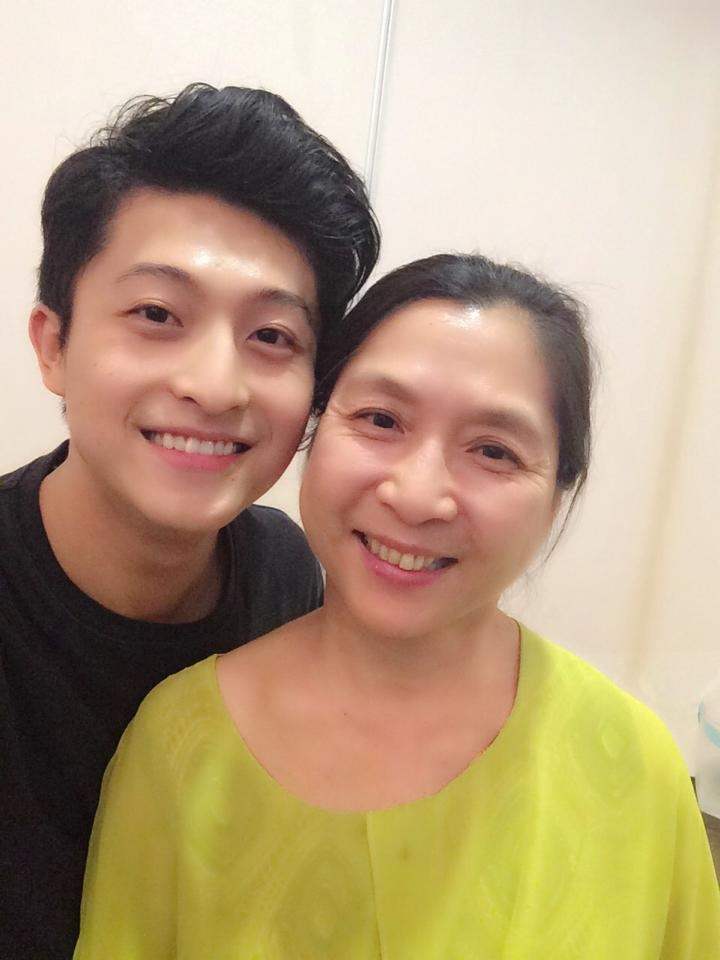 """Harry Lu: """"I love you mama!! Happy Mother's day. Con yeu me!"""""""