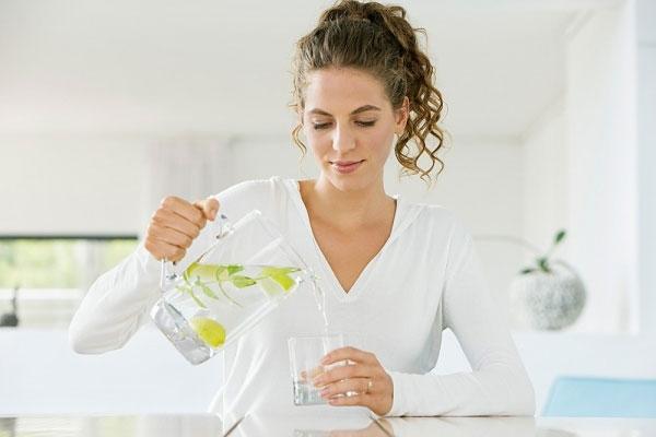 Hãy uống một ly nước ấm để dạ dày được thanh lọc sau một đêm dài làm việc