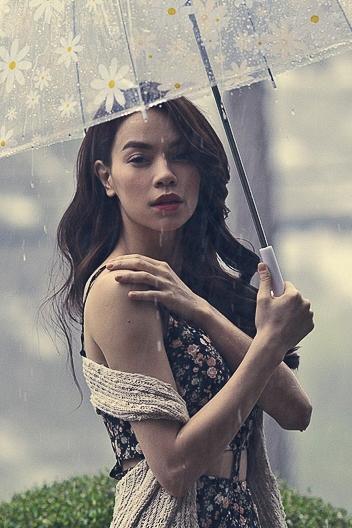 Với thời tiết sáng nắng chiều mưa của Đà Lạt, buổi chụp hình bị gián đoạn bởi cơn mưa chiều của phố núi. - Tin sao Viet - Tin tuc sao Viet - Scandal sao Viet - Tin tuc cua Sao - Tin cua Sao