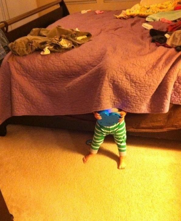 """""""Trốn xuống giường cho an toàn. Tranh thủ vừa trốn vừa chơi thêm tí nữa cũng không sao"""""""