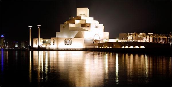 Doha có rất nhiều di tích cổ như bảo tàng, pháo đài, các đền thờ cổ kính thu hút du khách. Nổi bật là Bảo tàng Quốc gia Qatar — được xây bằng đá phiến một màu vàng trắng kiên cố như một pháo đài giữa sa mạc.