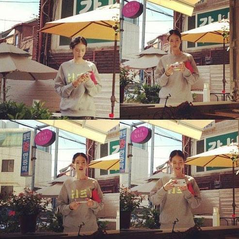 Hình ảnh bạn gái Yoo Ji Ahn mặc áo giống quà fan tặng Kim Woo Bin