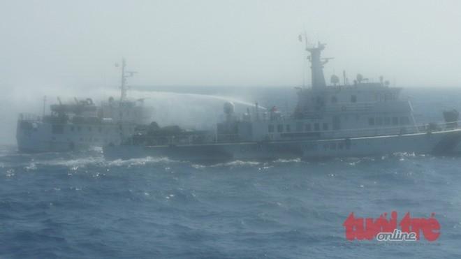 Tàu hải giám Trung Quốc đang tấn công một tàu kiểm ngư VN.