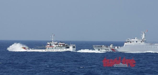 Trung Quốc đổ lỗi cho tàu Việt Nam tấn công tàu Trung Quốc nhưng không đưa ra được bằng chứng. Hình ảnh này đã nói lên điều ngược lại: Tàu hải giám Trung Quốc mang số hiệu 37102 đang tấn công truy đuổi tàu KN 767 của Việt Nam.