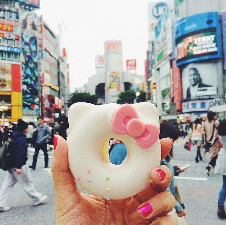 Bánh donut hình dánh Hello Kitty ở ngã tư Shibuya - ngã tư nổi tiếng đông người nhất ở Nhật Bản.