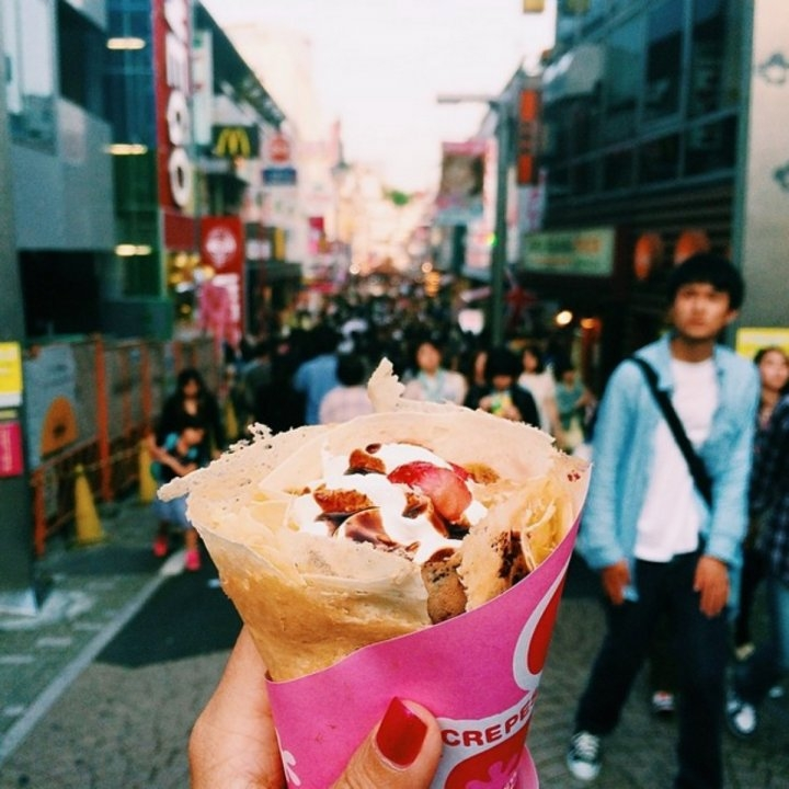 Bánh crepe ở đường Takeshita-dori, Harajuku, Tokyo, Nhật Bản.