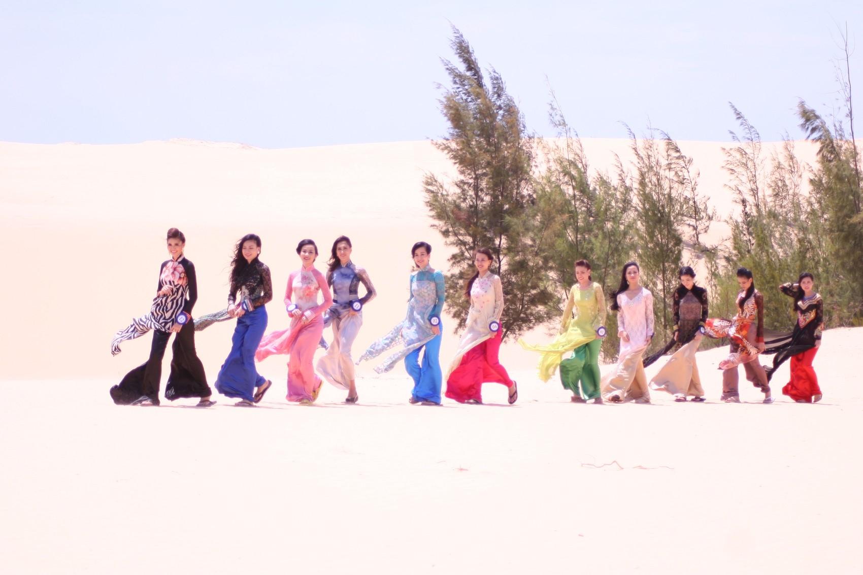 Các thí sinh đọ dáng trên sa mạc Bàu Cát.