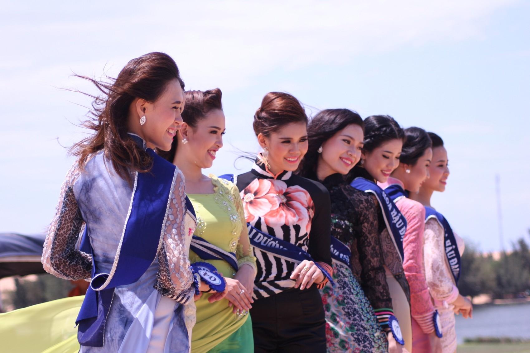 Phần Thi trang phục áo dài luôn là một phần không thể thiếu trong các cuộc thi hoa hậu tại Việt Nam.