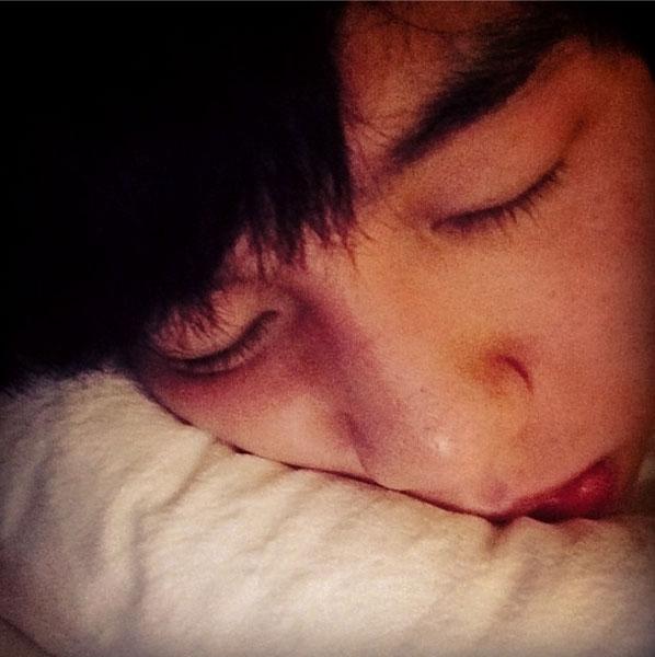 """Baekhyun khoe hình đang ngủ với nội dung: """"Lông mi của tôi đang phát triển từng chút một như EXO"""""""