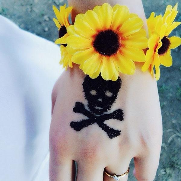 CL khoe hình vẽ cực phong cách với hoa hướng dương và đầu lâu