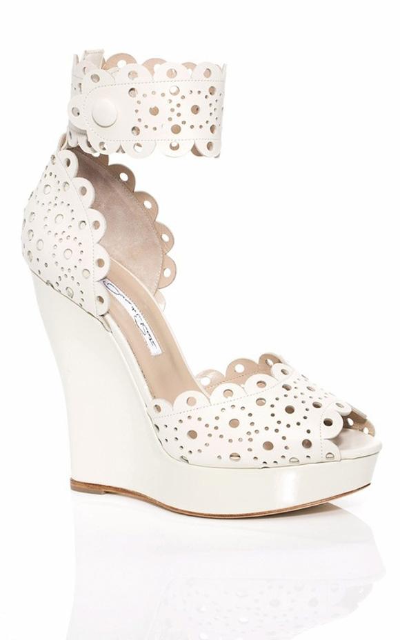 """Eyelet cũng được """"ưu ái"""" góp mặt trong các mẫu giày năm nay."""