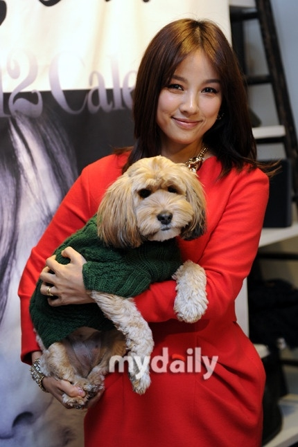 """""""Cô tiên quốc dân"""" Lee Hyori được biết đến là một trong những thành viên trong hội bảo vệ động vật. Vì vậy cô đã quyết định ăn chay để thể hiện tình yêu bất diệt của mình dành cho động vật. Bên cạnh đó, Lee Hyori được xem là một trong những nghệ sỹ rất chăm làm công tác từ thiện."""