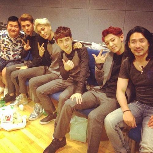 """Shin Sung Woo khoe hình cùng Chanyeol và các thành viên của EXO với lời nhắn: """"Chúc mừng Chanyeol quay trở lại sân khấu với các thành viên của EXO"""""""