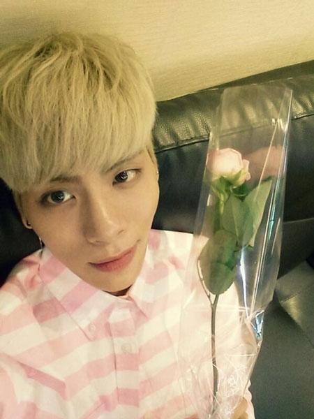 Jonghyun khoe hình bên cành bông hồng cực dễ thương