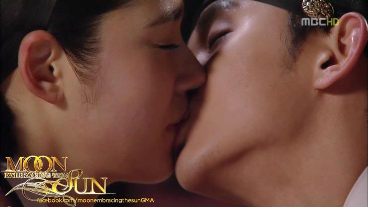 Nụ hôn nổi tiếng của Kim Soo Hyun với các đàn chị Jun Ji Hyun và Han Ga In trong phim truyền hình