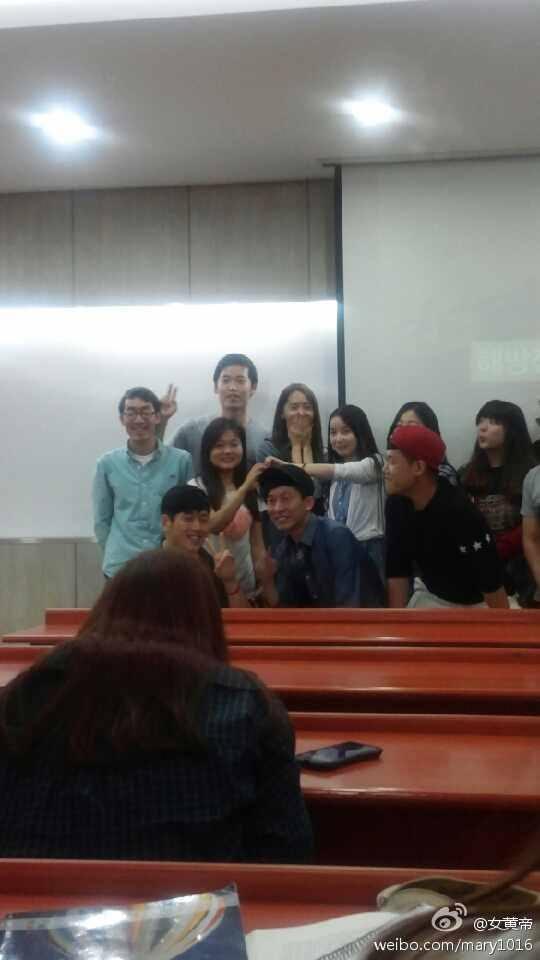 Yoona chụp hình cùng giáo sư và các bạn