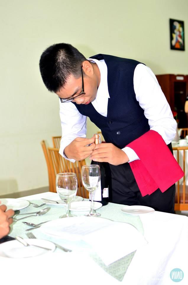 Phần thi trình rượu và phục vụ rượu vang