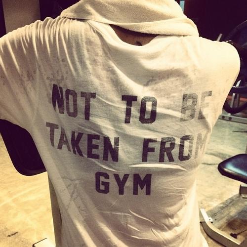 BoA khoe hình đằng sau lưng trong phòng tập gym