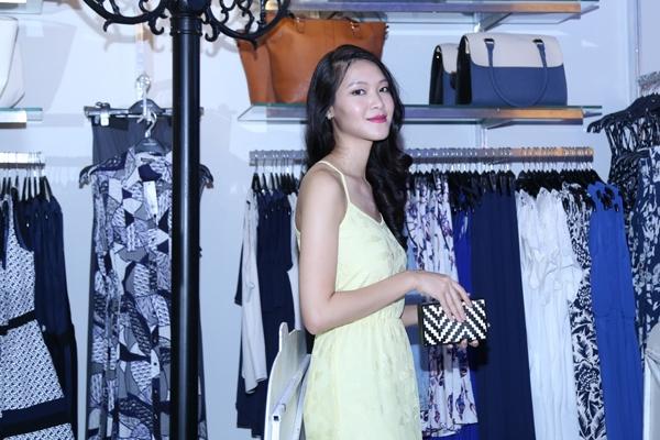 Hoa hậu Thuỳ Dung tham dự nhãn hiệu yêu thích của mình với chiếc đầm yếm ren hoạ tiết bướm màu vàng mới nhất của BST Xuân Hè.