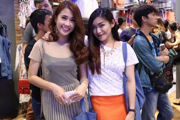Hot girl Mina Liêu nổi bật với chân váy và vòng cổ neon trên chiếc áo ren trắng.